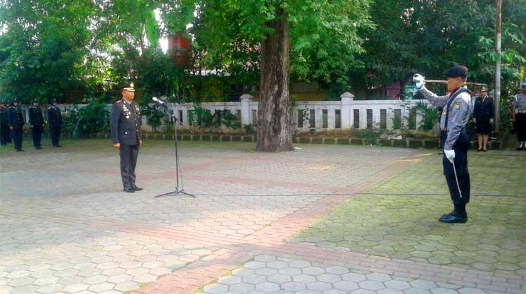 Peringati HUT Bhayangkara 71, Polres Metro Bekasi Tabur Bunga Di Makam KH. Noer Ali