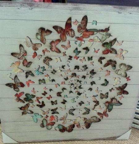 Cuadro con mariposas de colores en círculo, troqueladas.