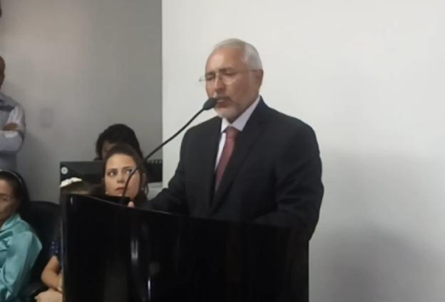 Em Delmiro Gouveia, Padre Eraldo decreta exoneração de secretariado, servidores contratados  e comissionados