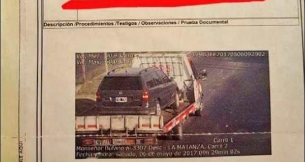 #Increíble: llevaba su carro sobre una grúa y recibió una multa por exceso de velocidad.