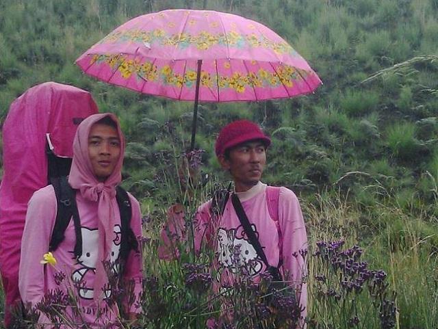 Pendaki ini dianggap menyerupai lawan jenis dan mirip aktifis LGBT karena memakai atribut pink dan Hello Kitty