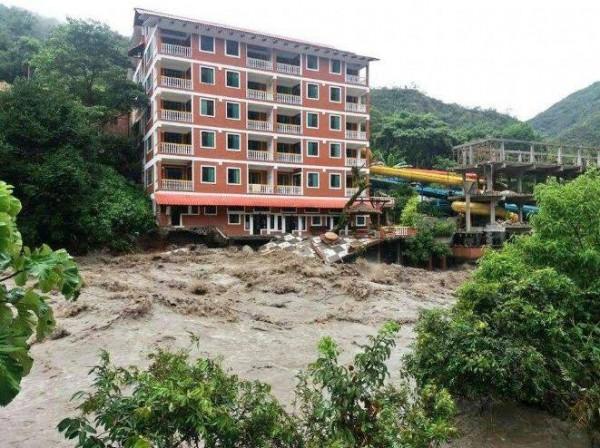 Se desborda el río en Coroico y destroza al menos 4 viviendas y un hotel