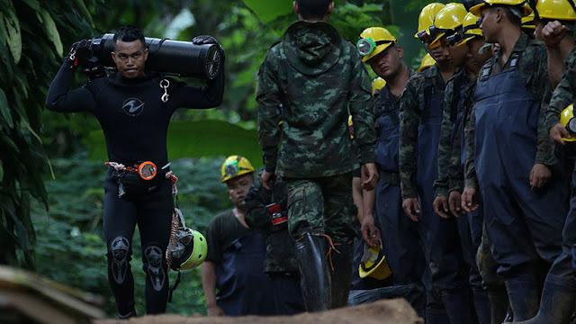 """""""Superhéroes en la vida real"""": Una foto de un rescatista tailandés emociona a Internet"""