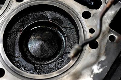 Ini penyebab mengapa oli bisa bercampur bensin