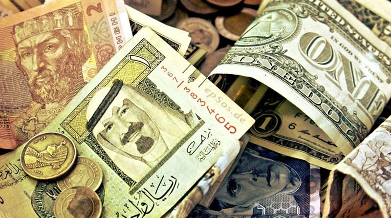 Foto de várias notas e moedas de diferentes paises amontoadas