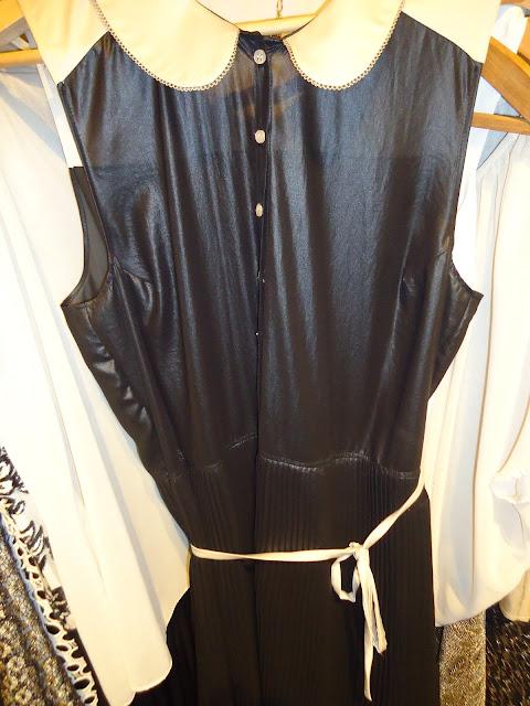 f6d3d0c349 Satin negro falda plisada y cuello de escolar ingenuidad. La silueta  lánguida esconde misterios por develar  BelleDeJour