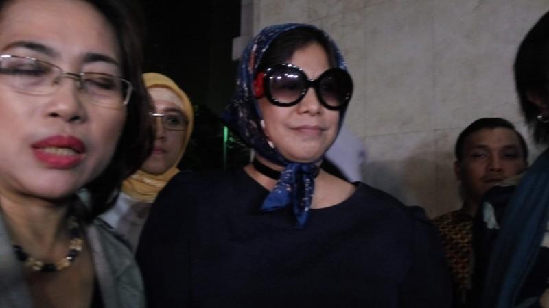Joice Onsay Warouw (berkacamata hitam)