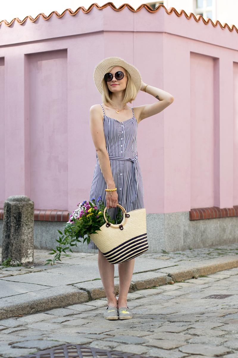 Sukienka w drobne paski i kosz pełen kwiatów