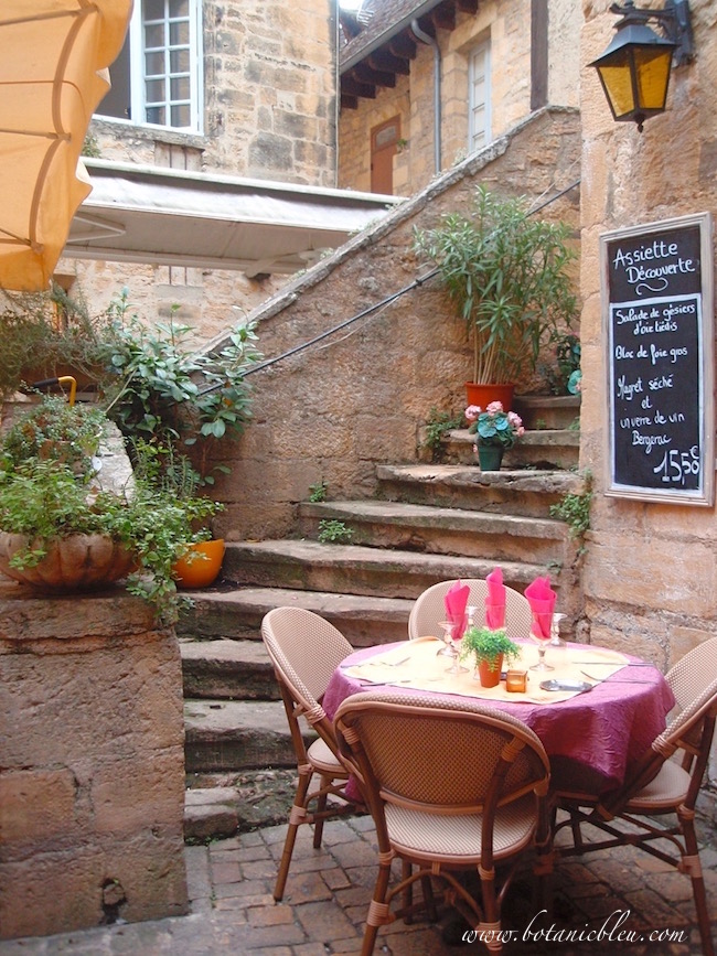 french-design-outdoor-restaurant-sarlat-france