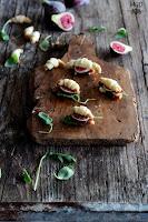 Mini Croissants rellenos de jamón, higos y rúcula