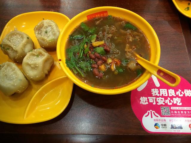 Shengjianbao med mungbean nudelsuppe på Yang's Dumplings, Shanghai.