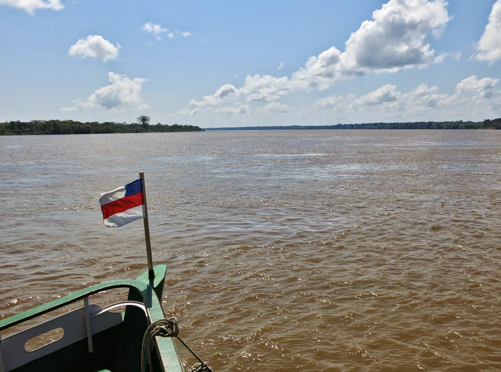Viagem em barco comunitário, dormindo em redes, pelo Rio Solimões, entre Tefé e Manaus.