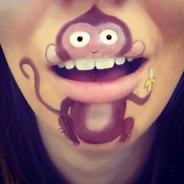 Mono pintado en la boca