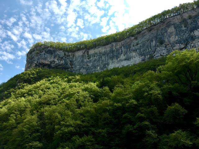 """Výhled ze svatyně na """"skalní orlici"""""""