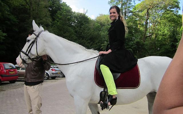 GTST actrice Marly van der Velden op een paard