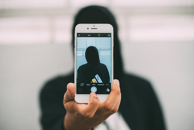 Memfoto maling yang mencuri smartphone kamu