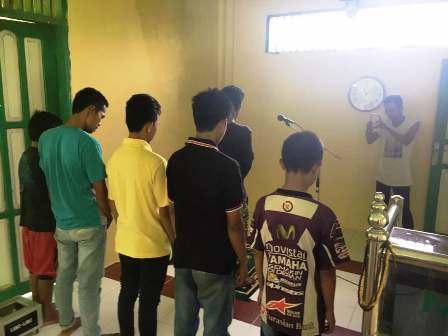 Miris! Kelakuan 7 Pemuda Asal Sulawesi Selatan Lecehkan Shalat, Direkam Lalu Diupload ke Media Sosial
