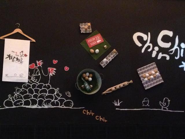 Mural ayam di dinding