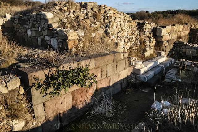 sobre el que se apoya la muralla del castillo bizantino de Kyme en Turquía