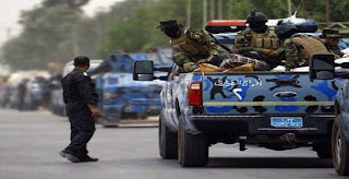 عاجل القبض على قيادي في داعش اثناء استلامه راتب من دائرة الرعاية في الموصل !