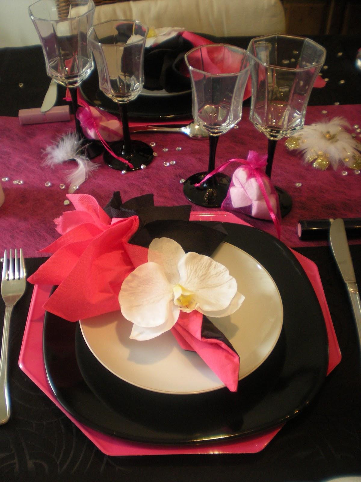 d co th mes d co de table girly en noir et rose fushia. Black Bedroom Furniture Sets. Home Design Ideas