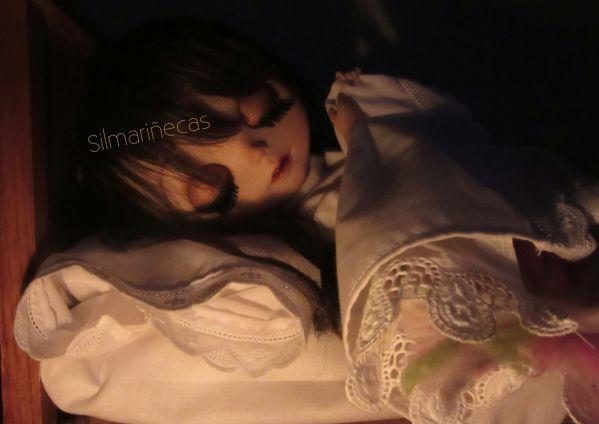 Caty blythe durmiendo en la cama comprada en la Desembalaje bilbao