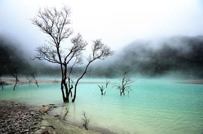 Kawah Putih Ciwidey - Foto kawah putih di siang hari di kelilingi kabut - paket wisata bandung