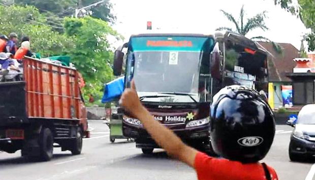 Kisah Nyata: Antara Wanita Berpakaian Ketat dan Muslimah Berjilbab di Bus Umum