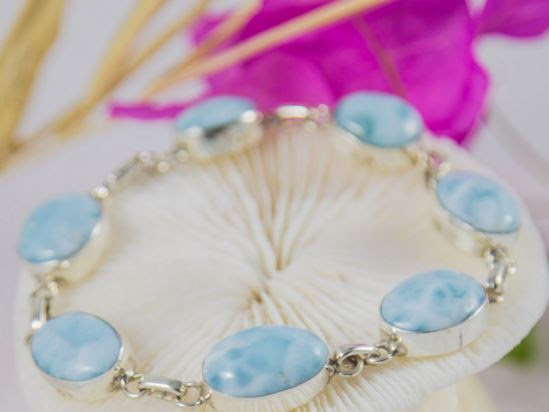 Larimar.com jewelry : The kiss makes you feel great, but also a bracelet.