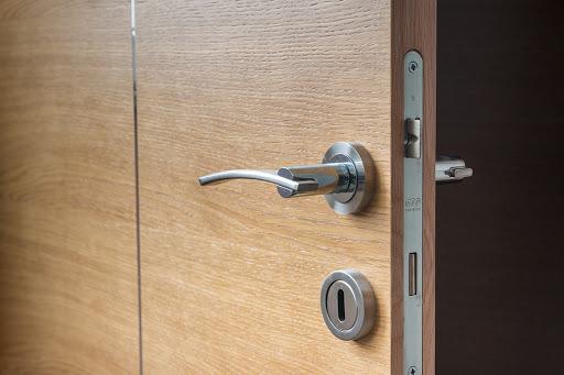 تفسير حلم فتح الباب بدون مفتاح