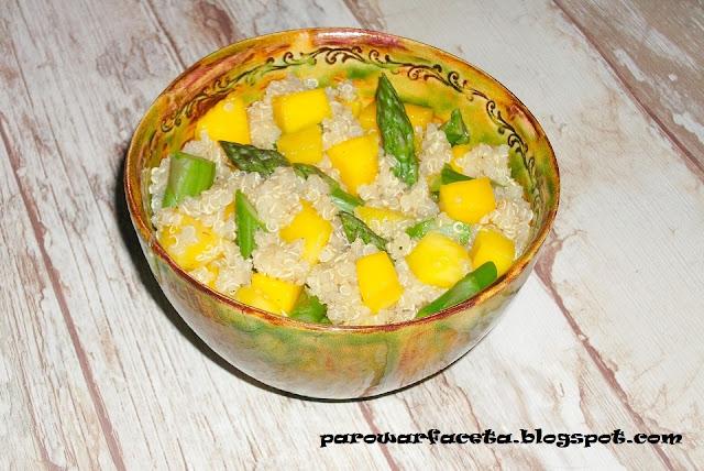 Sałatka z quinoa, szparagami i mango na parze
