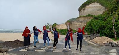 Alumni SMPN 2 Malang di Pantai Melasti Ungasan, Badung, Tabanan