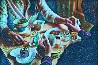 Una pareja de mujer y hombre se da la mano mientras toman café