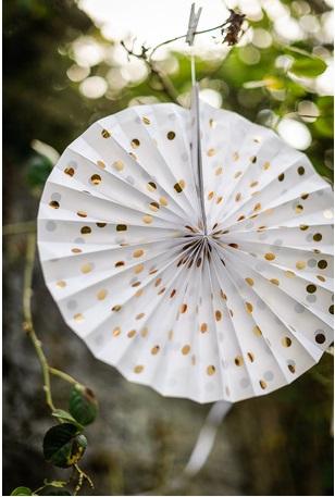 cocarde en papier blanche pois or decoration salle mariage anniversaire