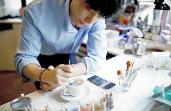 Xícaras de café se tornam obras de arte nas mãos de Lee Kang