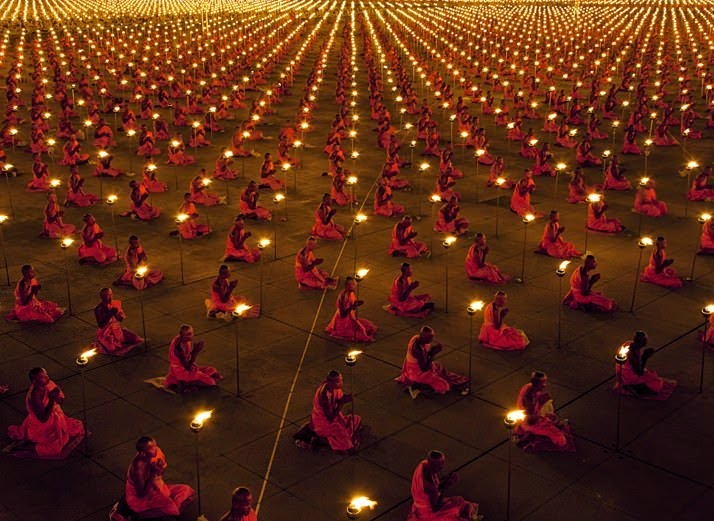 100,000 monks in prayer for a better world. - The 63 Most Powerful Photos Ever Taken That Perfectly Capture The Human Experience