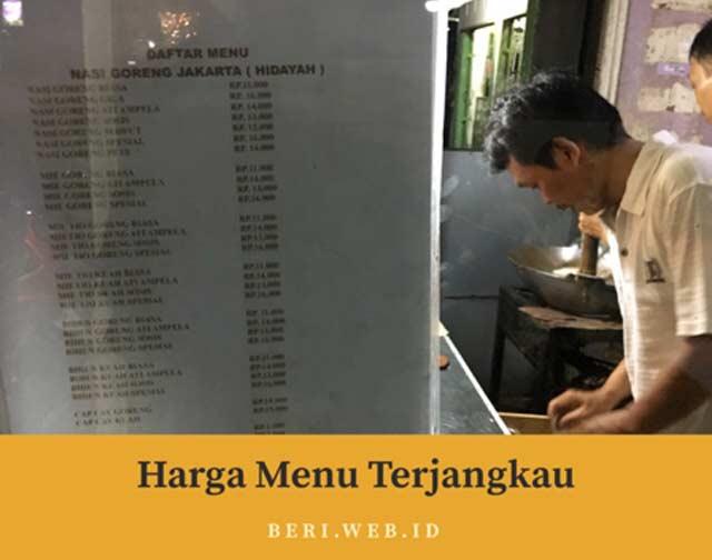 Dari sekian banyak depot basi goreng di Landasan Ulin Banjarbaru, menu nasi goreng Jakarta Hidayah ini paling cocok di lidah. Alasannya tentu saja karena rasa, dan varian menunya yang lebih menggoda.  Ada nasi goreng gila, capcay, mie goreng hingga mie tiaw.