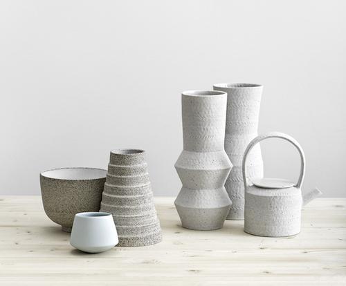 Minimalismus pur: Vasen, Schalen und Kanne