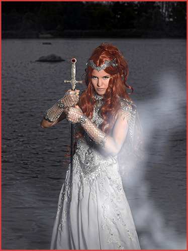 La Dame du Lac Lady of the Lake Alain Naim Photographe Ewenae Jennifer Groët A Mon Seul Désir Bijoux Robe Armure Médiéval Moyen Age Mythologie Arthurienne Légende Avalon Excalibur Lady of the Lake Séance Photos Photoshooting Behind the Scene