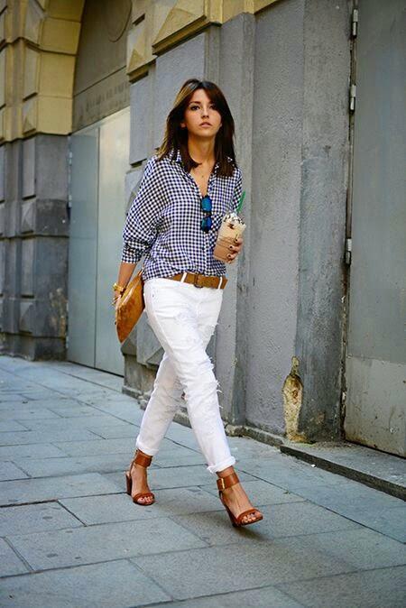 calças brancas e camisa de quadrados