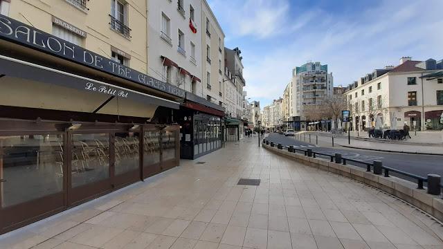 Esplanade des Quatre Chemins, où les bars sont fermés (15 mars 2020)