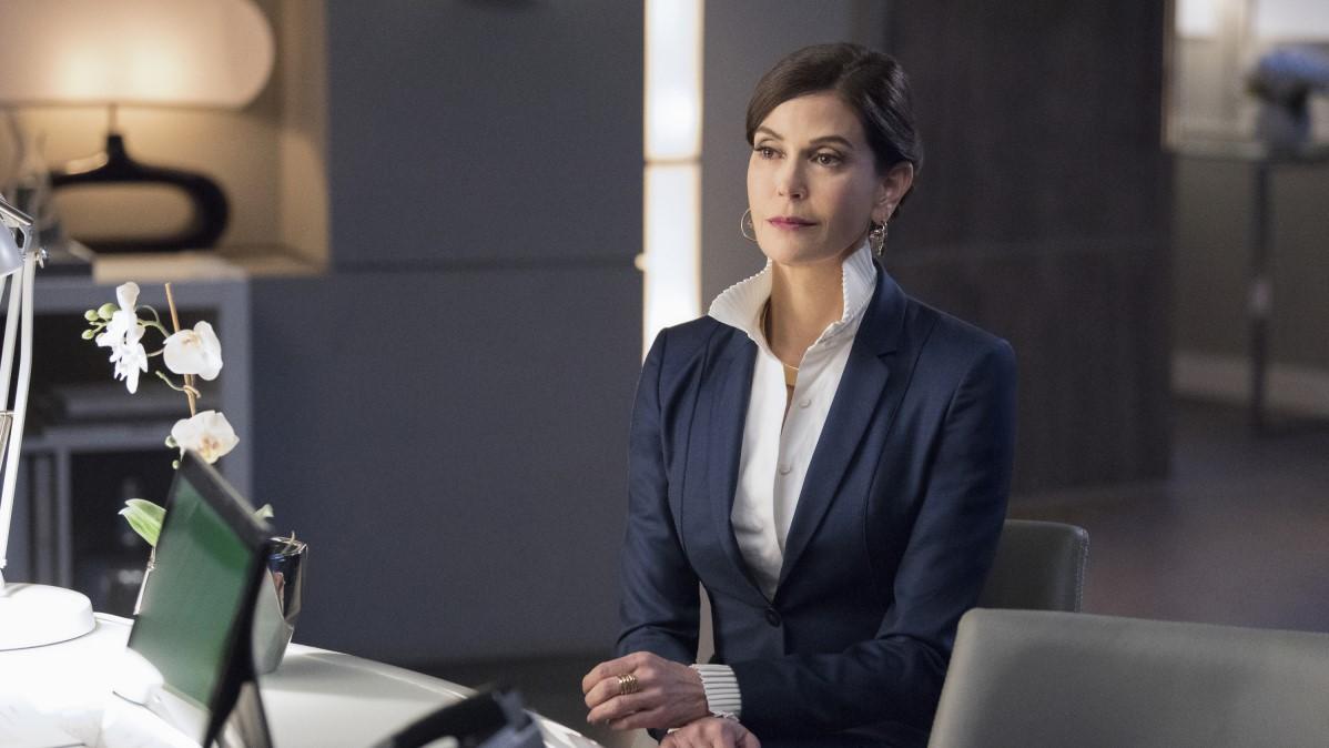 La reina Rhea de Daxam haciéndose pasar por una humana en 'Supergirl'
