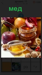 мед из банки выливают в тарелку на столе