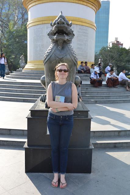 Lion protecteur dans le parc à Yangon