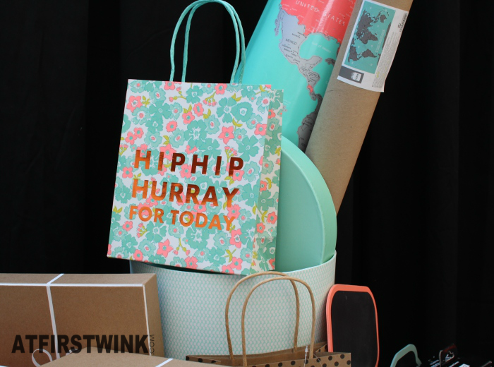 HEMA flowery gift bag with bronze print and mint green, round hat box