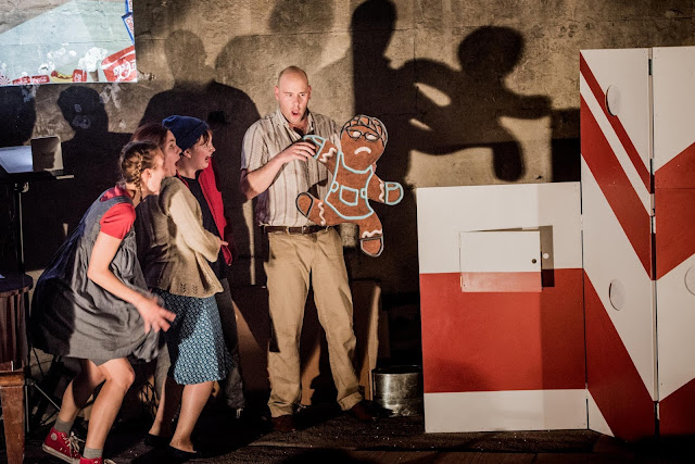 Humperdinck: Hansel & Gretel - Sofia Larsson, Ailsa Mainwaring, Polly Leech, James Harrison Pop-Up Opera (Photo Robert Workman)