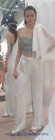 Traje novia pantalón y capa; novia original; diseño a medida