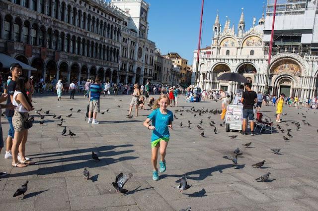 Criança brincando em praça de Veneza