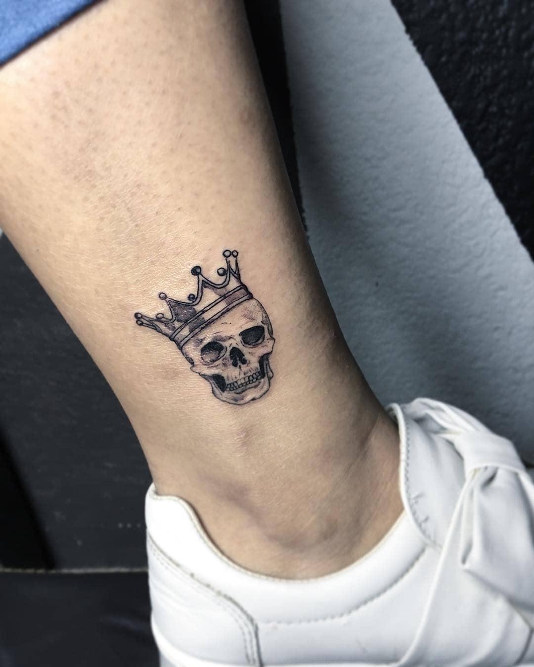 tatuaje pequeño para hombre de calavera y corona