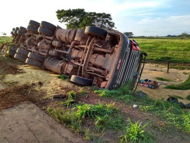 Motorista tenta desviar de buraco e tomba carreta na BR 364 entre Presidente Médici e Cacoal